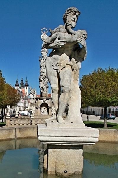 Horní kašna se sochou Siléna