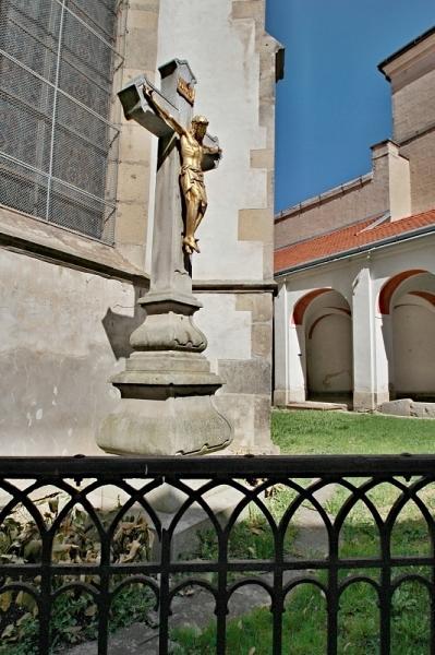 Kříž u kostela sv Jakuba v Telči