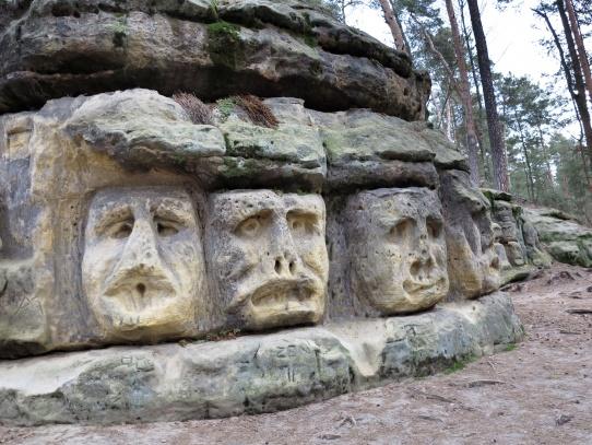 Skalní reliéfy bizarních hlav sochaře Václava Levého
