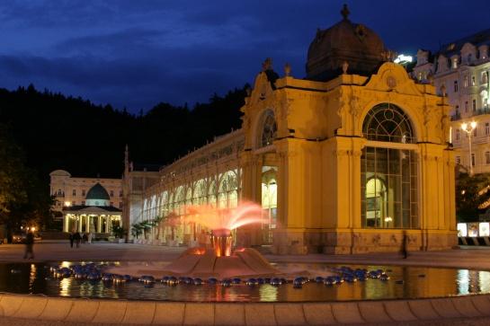 Zpívající fontána v nočních Mariánských Lázních
