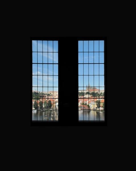 Za oknem je Pražský Hrad